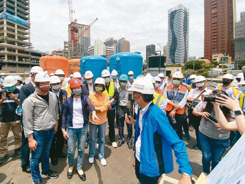 經濟部長王美花(前左2)昨天訪視台中「勤美之森」工地地下水納入自來水管網進度。 記者趙容萱/攝影