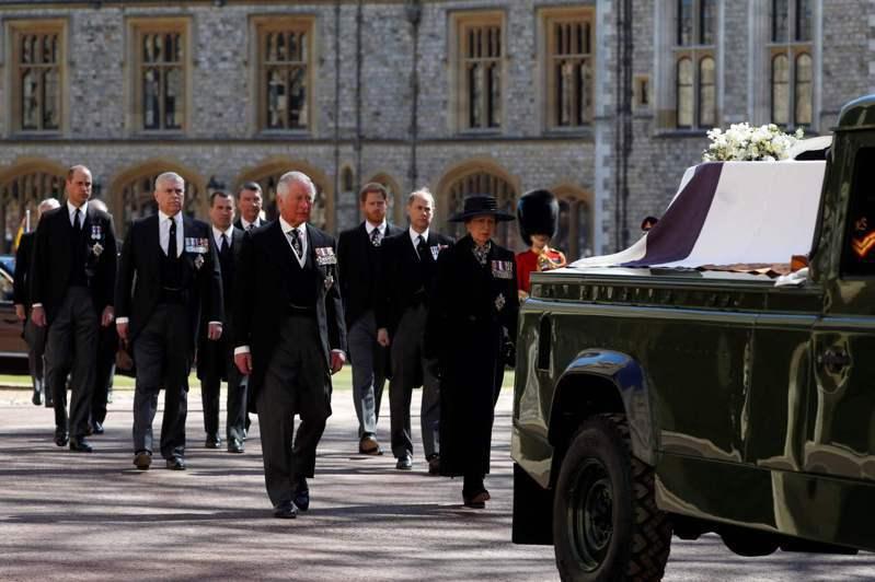 英國威廉王子(後排左)和胞弟哈利(後排右)走在靈車後方,兩人中間隔著表哥菲立普斯。(法新社)