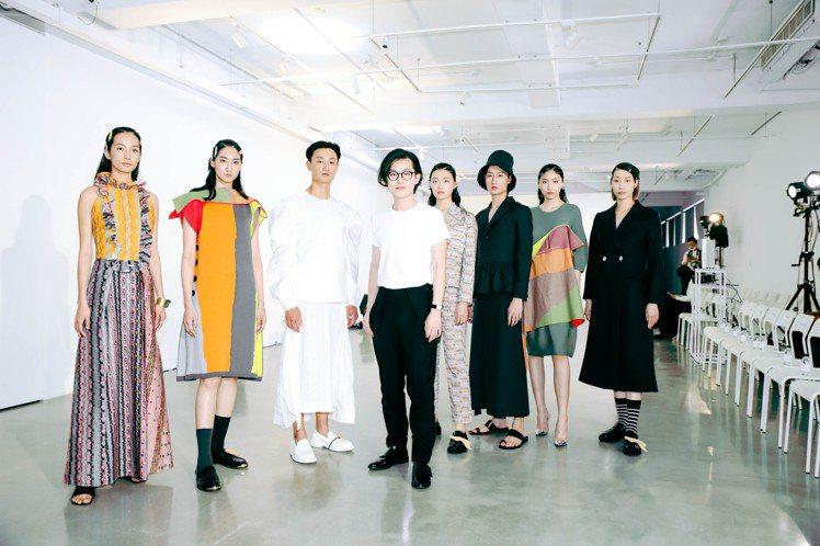 設計師吳日云(左4)發表「Silhouettes 21」系列,包括全新服裝與品牌...