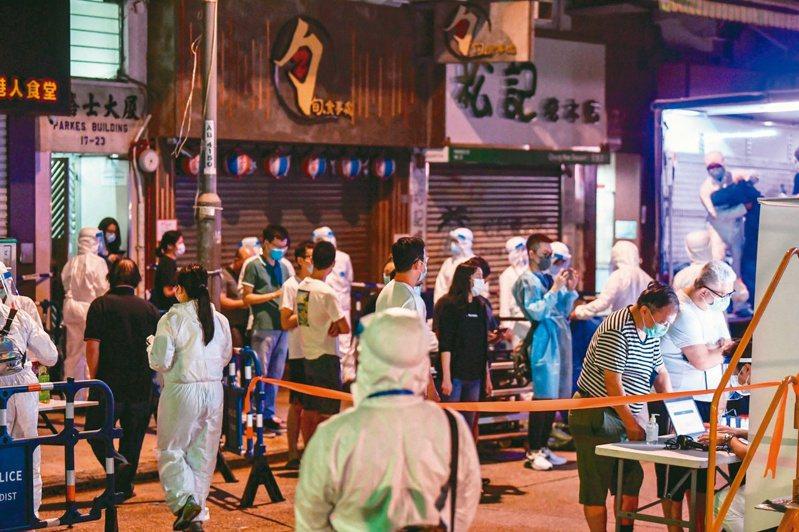香港疫情首現變種病毒個案,感染個案曾經居住的佐敦白加士街伯嘉士大廈,被香港衛生署上星期五封區強檢。(中通社)