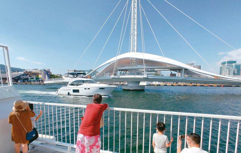 船舶過橋 景象不再 大港橋啟動之初,曾有遊艇業者進入內側水域繞行一周,但後來港務公司發文禁止,船舶駛過大港橋旁的景象不再。記者蔡容喬/攝影