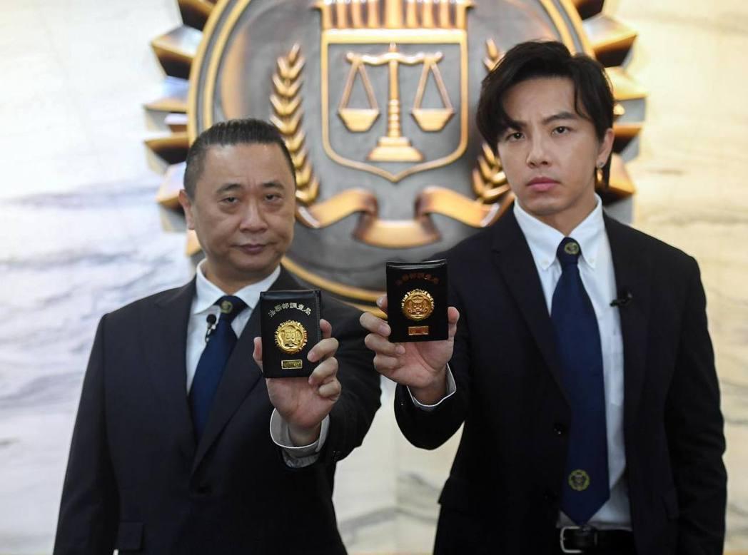 邰智源與坤達擔任調查局的一日調察員。 圖/擷自臉書