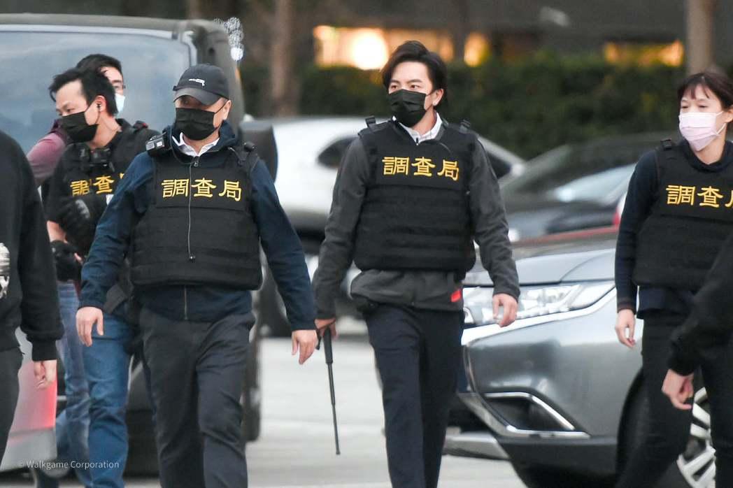 邰智源與坤達擔任調查局的一日調察員。 圖/擷自木曜4超玩臉書