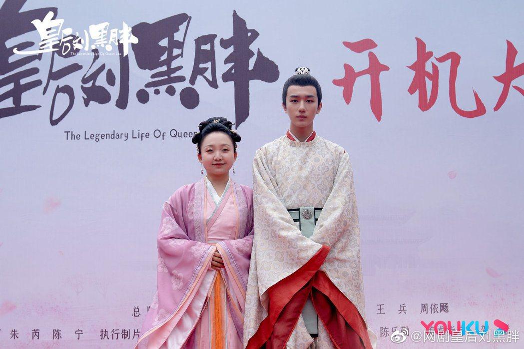 辣目洋子(左)出席新戲開鏡儀式,男主角李宏毅全程黑臉。圖/摘自微博