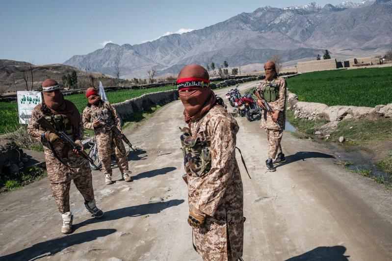 神學士民兵代表著阿富汗「反對外來勢力占領」這種根深柢固文化的一部分。圖為去年3月在阿國拉格曼省現身的神學士民兵。圖/紐約時報