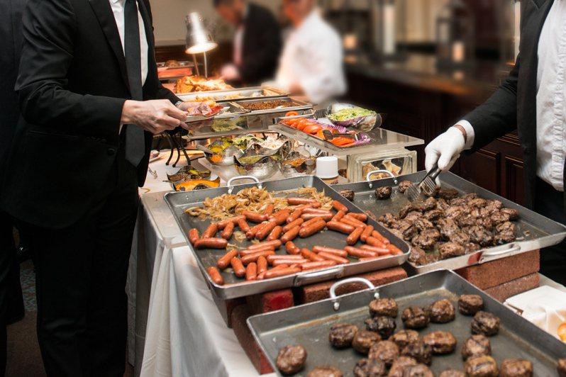一名網友PO文提到,他發現其實Buffet有很多地雷,料理中可能潛藏一些會讓人「速飽」的食物,於是他就詢問網友「Buffet絕對不會吃的東西?」示意圖/ingimage