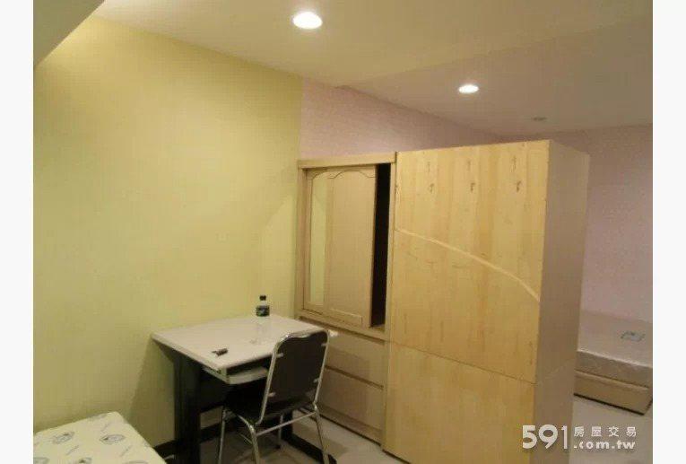 房內雖配有兩張床,但並沒有隔間,僅用衣櫃隔開。圖擷自/591房屋交易網