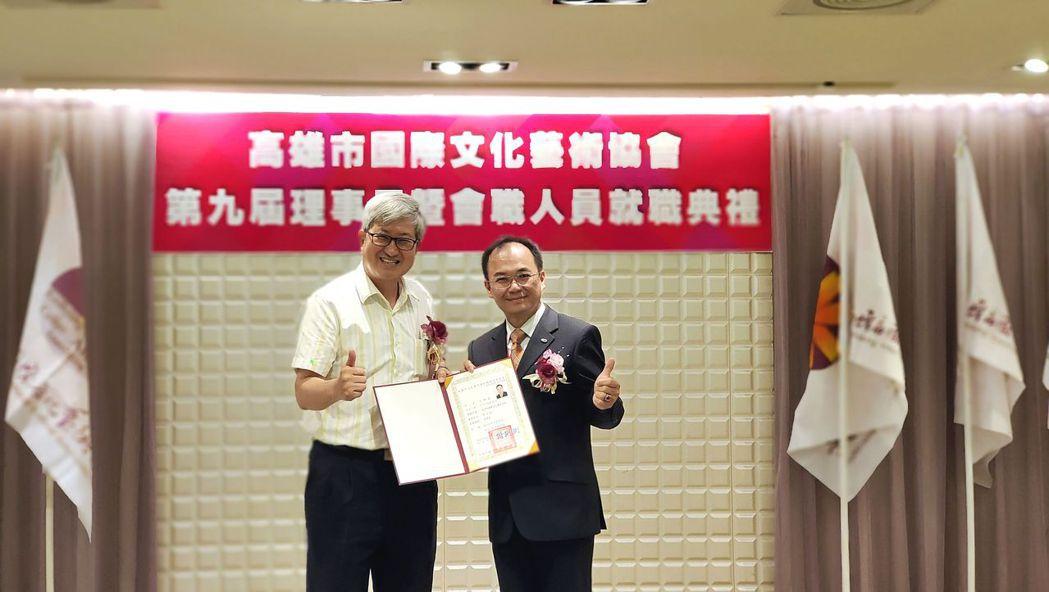 高師大校長吳連賞(左)頒發當選證書予王錦成理事長。 楊鎮州/攝影