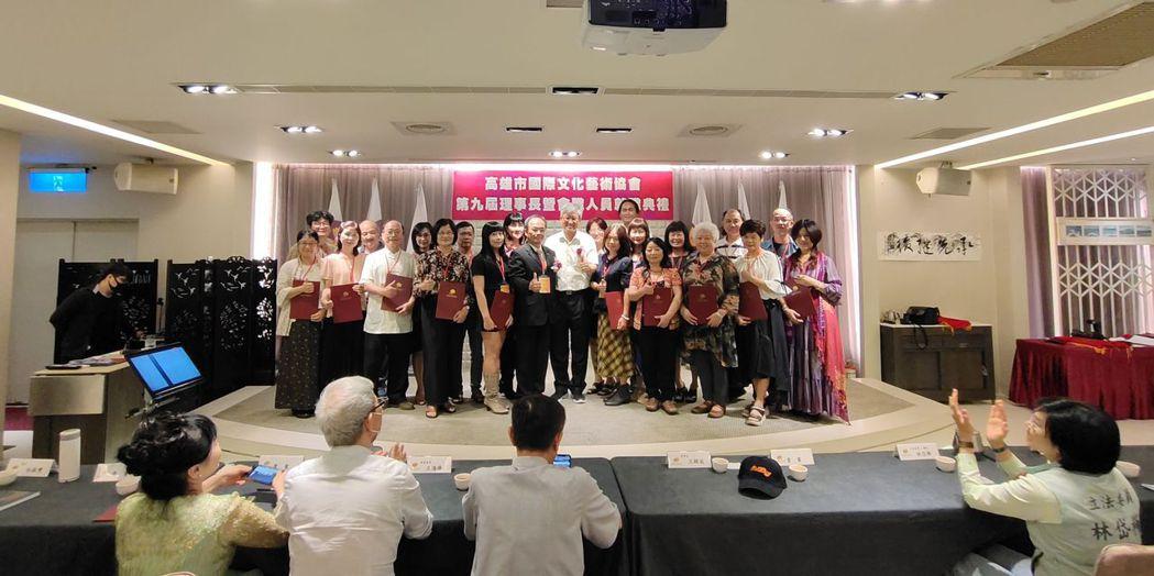 高雄市國際文化藝術協會理監事團隊合影。 楊鎮州/攝影