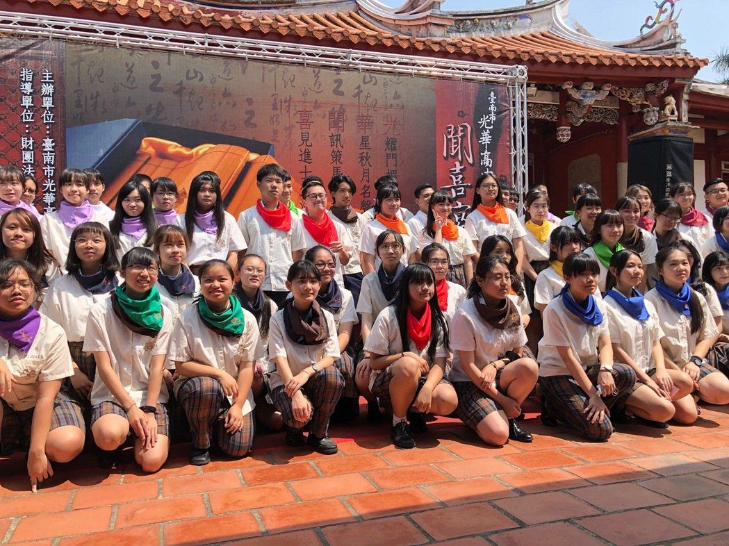 光華高中聞喜宴,今年共92名學生學士,從不同領域脫穎而出,接受傳統古禮的洗禮。 ...