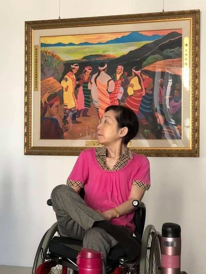 高雄市議員陳致中從兒子的視角,為母親在住家一隅、一幅原住民主題畫前拍張照,陳致中寫到「周末來台南探親一起吃午餐,媽媽穿桃紅色顯得氣色不錯」。圖/取自陳致中臉書