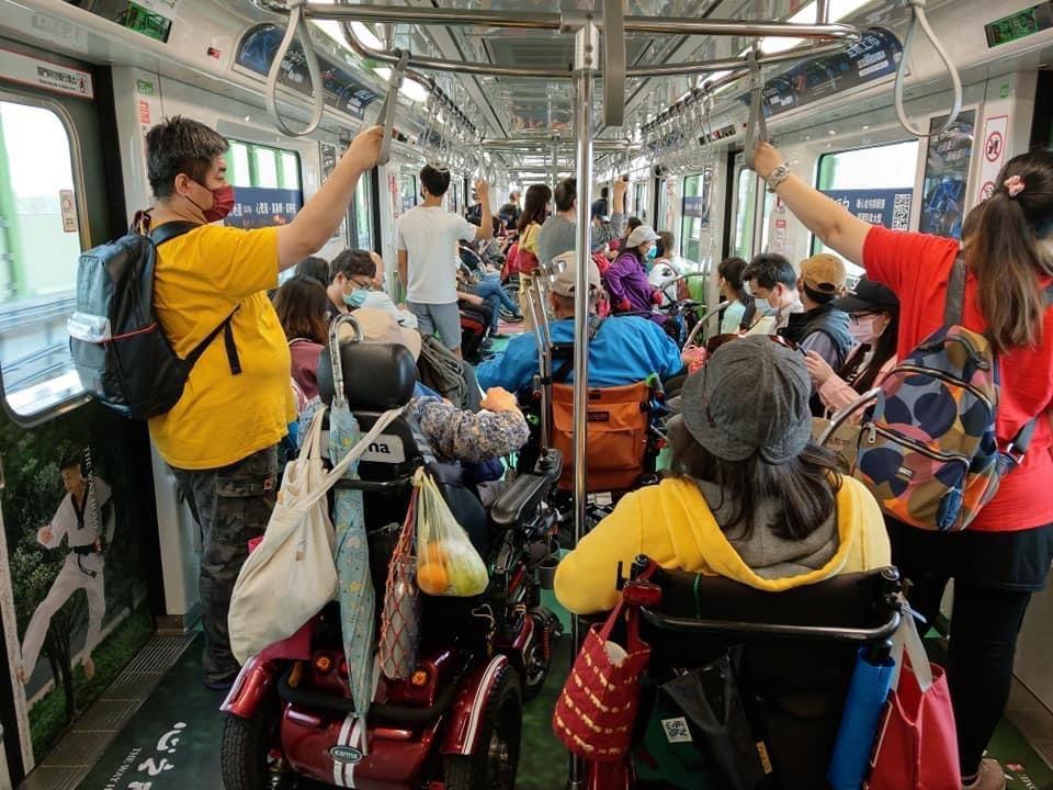 今年4月25日起,捷運綠線正式通車收費營運,只敬老愛心卡半價。圖/台中捷運公司提...