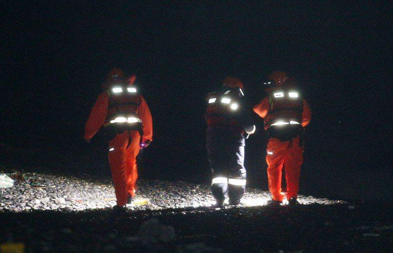 軍方後續搜救重點鎖定的南仁漁港周邊,當地礁岩盤及岩縫太多,挑戰相當大,直到27天後才找到殉職的潘穎諄遺體。本報資料照片
