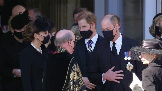 在祖父菲立普親王葬禮結束後,威廉與哈利被捕捉到一起步出教堂。截自YouTube