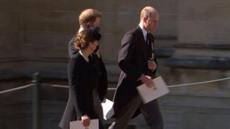 在祖父菲立普親王葬禮結束後,威廉與哈利被捕捉到走在一起,邊走邊交談的畫面。截自Y...