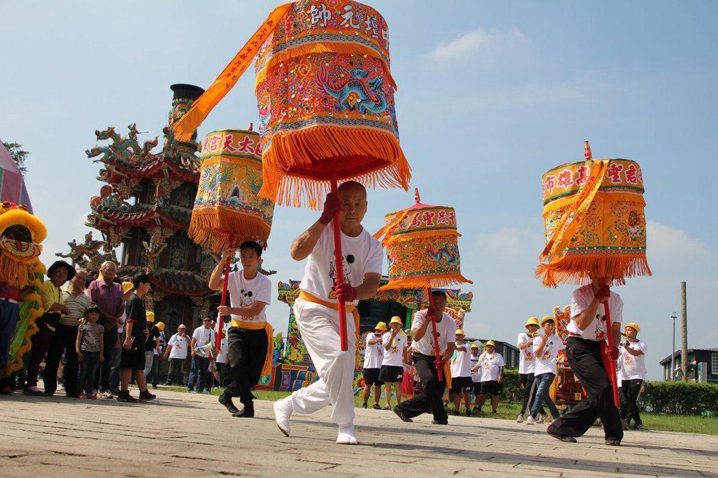 高雄市傳統表演藝術保存者「呂柏達」踏涼傘,將在藝陣參禮精彩演出。高雄市呂柏達娘傘...