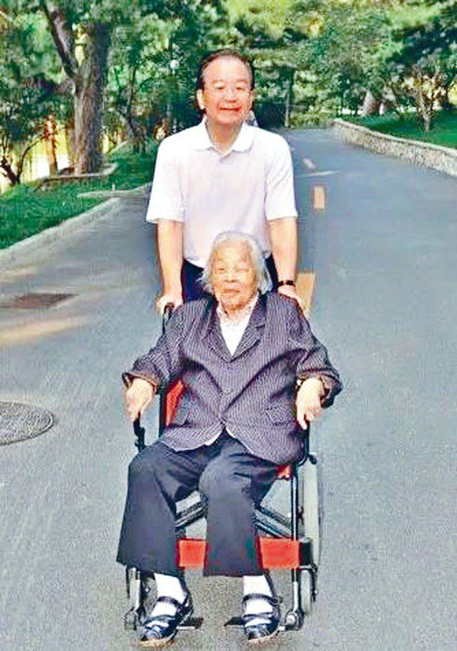 大陸國務院前總理溫家寶近日在《澳門導報》撰文懷念去年離世的母親楊志雲。星島日報