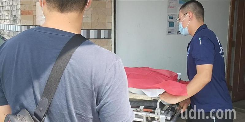 飛官潘穎諄遺體今天上午9點35分送回台東市立殯儀館。記者施鴻基/攝影