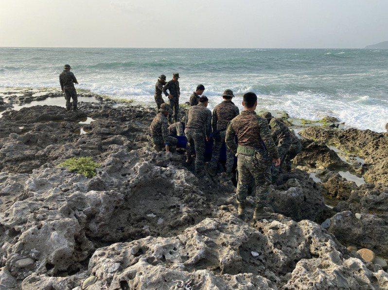 今天上午6時許,在潮間帶看到橘色飛行衣,衣著上有上尉官階的識別軍銜,確認就是失蹤27天的飛官潘穎諄。圖/讀者提供