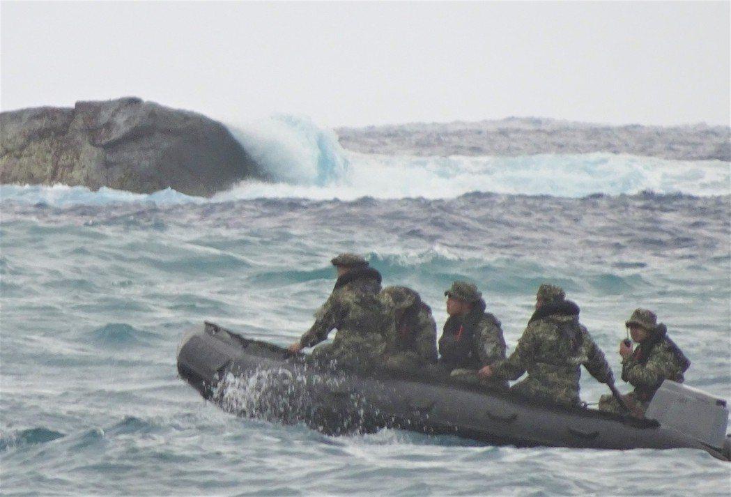 搜救人員在滿州鄉九鵬村海岸尋獲潘穎諄貼身的飛行頭盔、救生衣、左腳軍靴和戰機殘骸後...