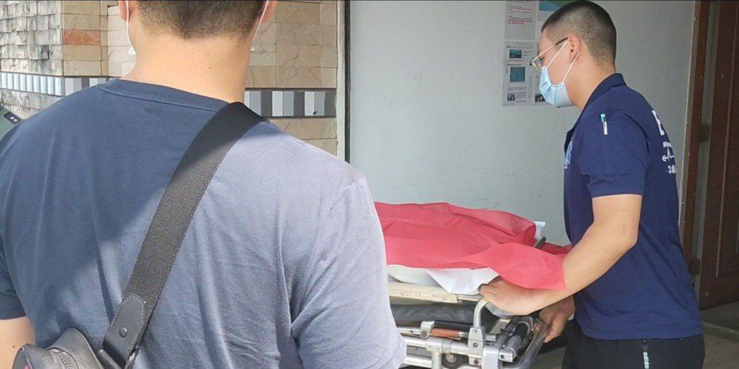 飛官潘穎諄遺體今天上午9時35分送回台東市立殯儀館。記者施鴻基/攝影