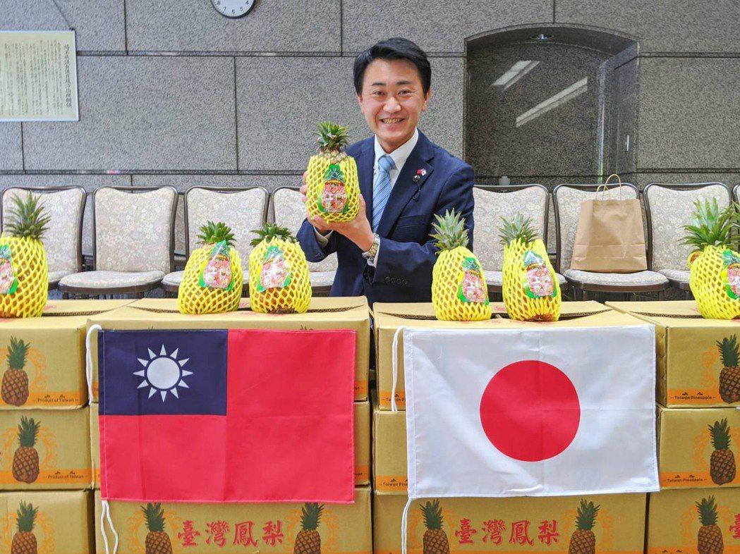 日本埼玉縣屏東窗口,新井豪議員購買3次鳳梨。圖/屏東縣府提供
