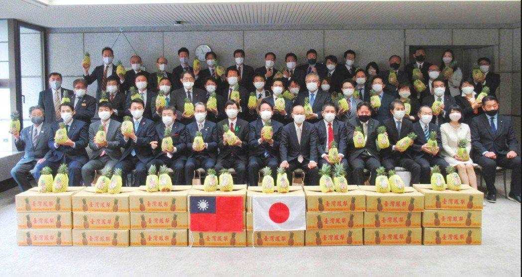 日本埼玉縣議會成員大力支持台灣鳳梨。圖/屏東縣府提供