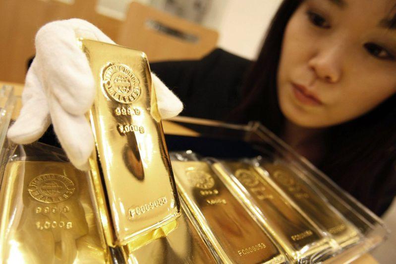 近期美國通膨疑慮升高,金價卻走跌,專家認為,聯準會去年已預估通膨將在今年內上升但不會失控,導致黃金利多不明顯。路透