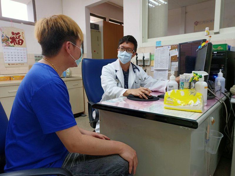 台北榮總新竹分院過敏免疫風濕科醫師郭秉洋表示,高尿酸血症是造成痛風的主因,通常是因為高嘌呤的食物攝取過多造成的。圖/台北榮總新竹分院提供