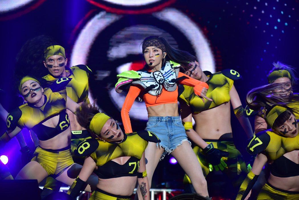 謝金燕(中)在台上賣力唱跳。圖/三立電視提供