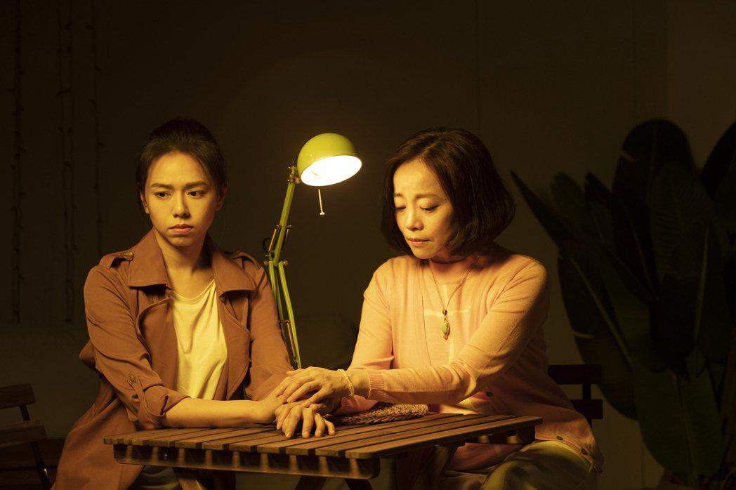 范瑞君(右)、夏于喬在舞台劇「Space Boy-星空男孩」演出母女,戲外2人相...