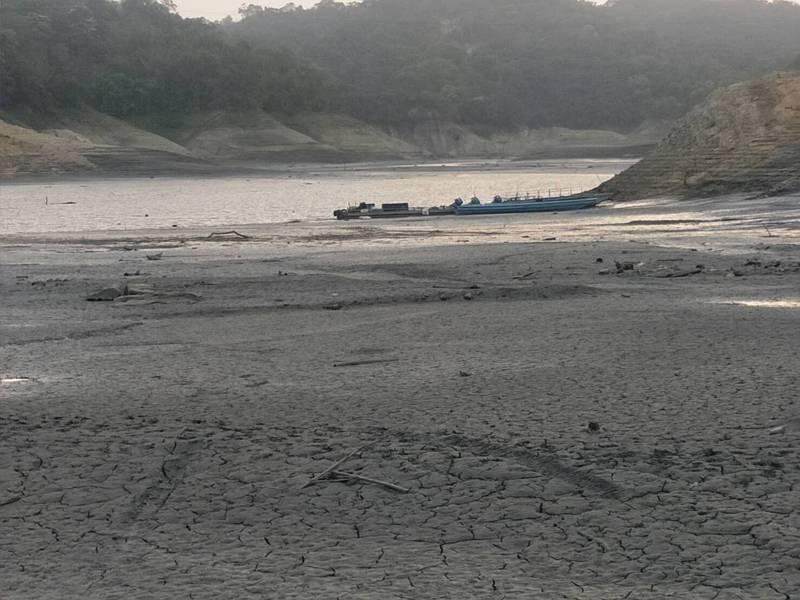 石門水庫水位持續下降,一旁的阿姆坪碼頭河床乾枯。圖/讀者提供