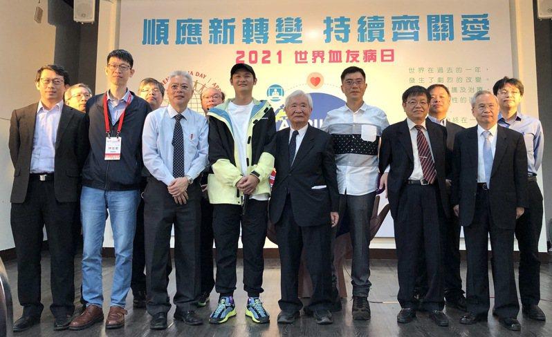 台大醫院名譽教授、台灣血友病之父沈銘鏡攜手血友病病友,呼籲「預防性治療」可大幅降低病友日常生活中的出血風險。記者黃惠群/攝影