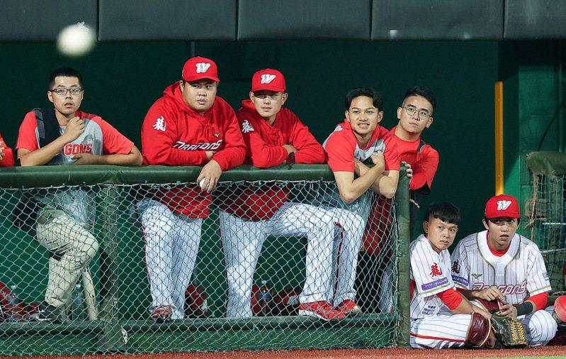 味全龍隊徐若熙(右四)有望扛起21日對富邦悍將隊先發。記者余承翰/攝影,資料照