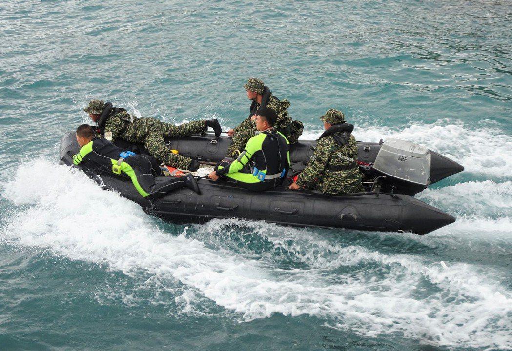 執行水下搜尋任務的海陸兩棲偵蒐隊員,今天上午6時50分在南仁漁港岸邊觀測海象時,...