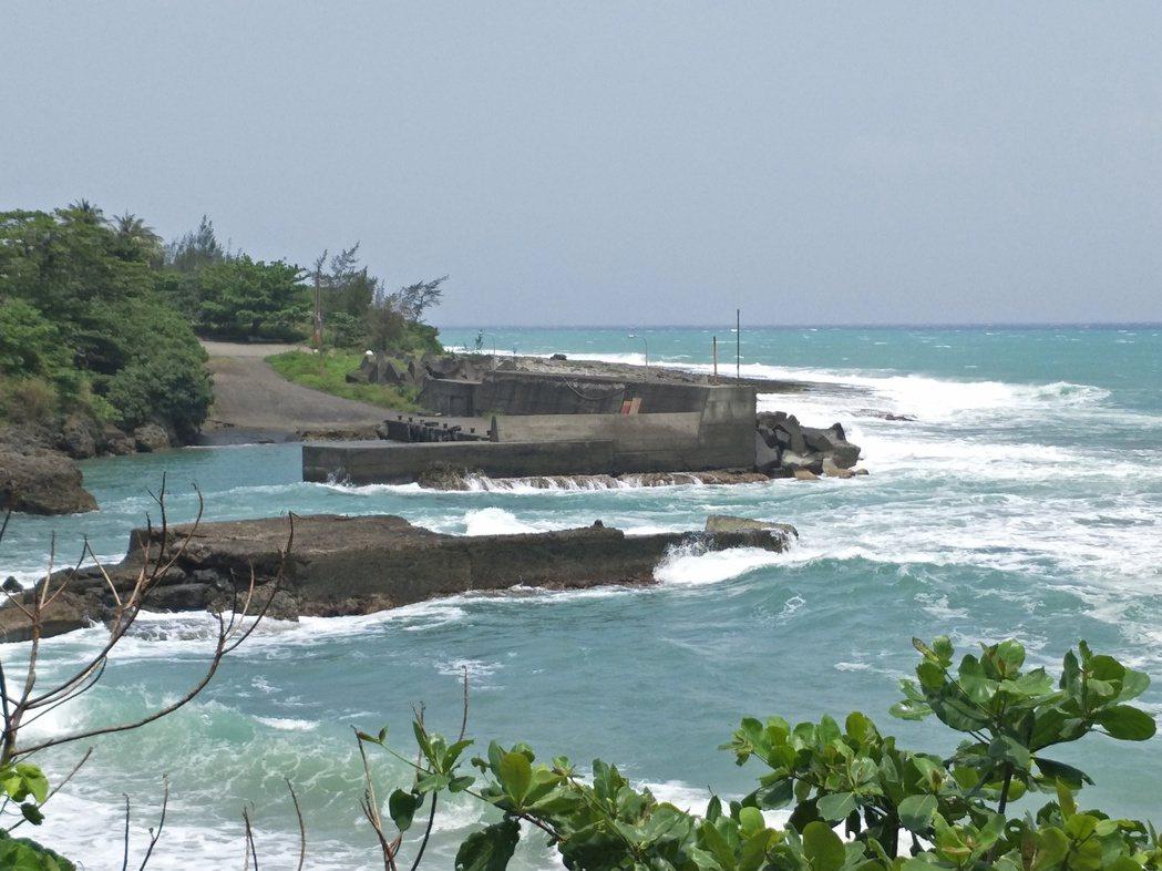 海陸兩棲偵蒐隊員今天上午6時50分在南仁漁港岸邊(圖上方)觀測海象時,看到海岸潮...