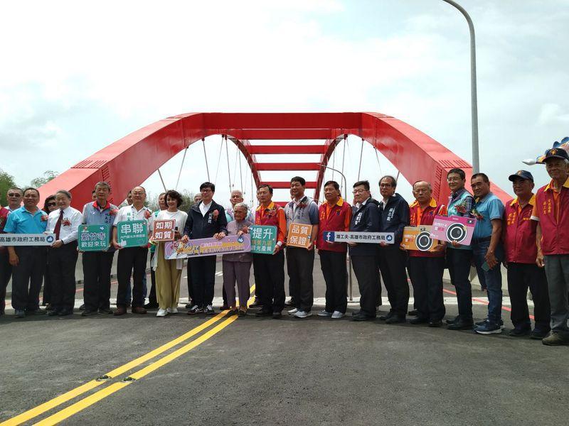 內門觀光休閒園區聯外道路與橋梁今天完工,市長陳其邁率地方人士參與盛會。記者徐白櫻/攝影