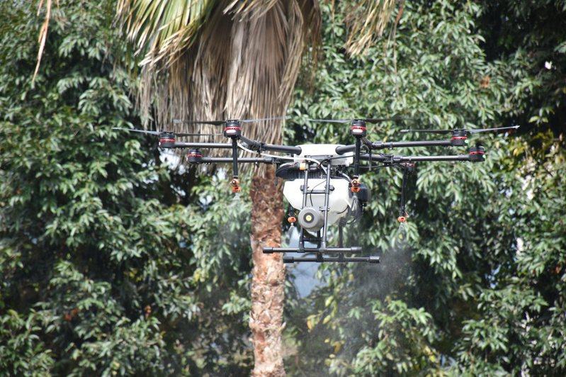 無人機可噴灑農藥施肥,節省農業人力及時間。本報資料照片