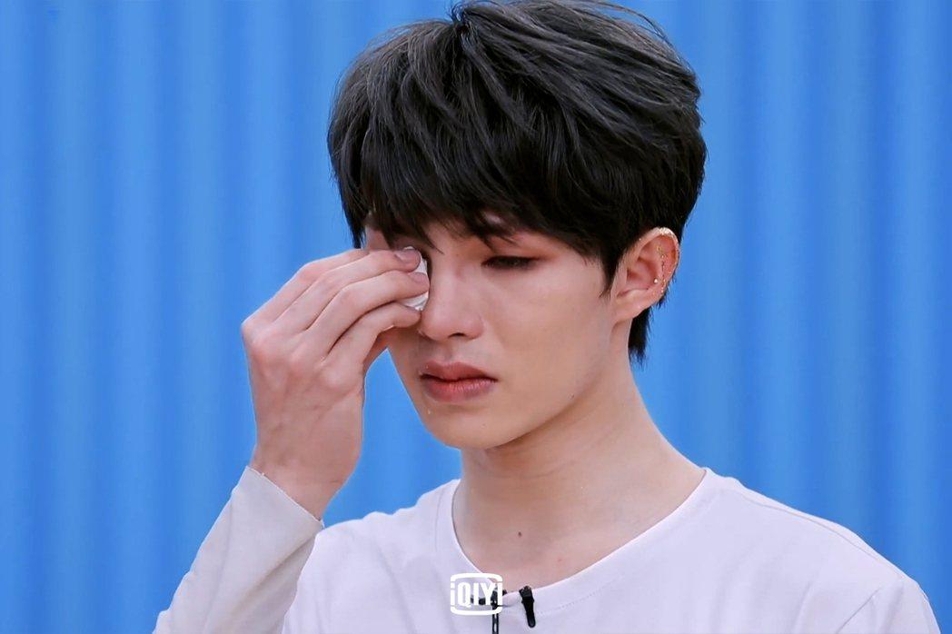 劉隽因家人過世淚崩。圖/愛奇藝國際站提供
