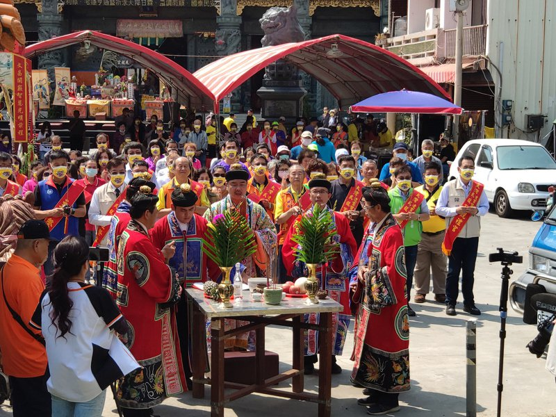 台南永康武龍宮下午辦祈雨儀式, 11名道長領銜祭拜尊古禮。記者謝進盛/攝影