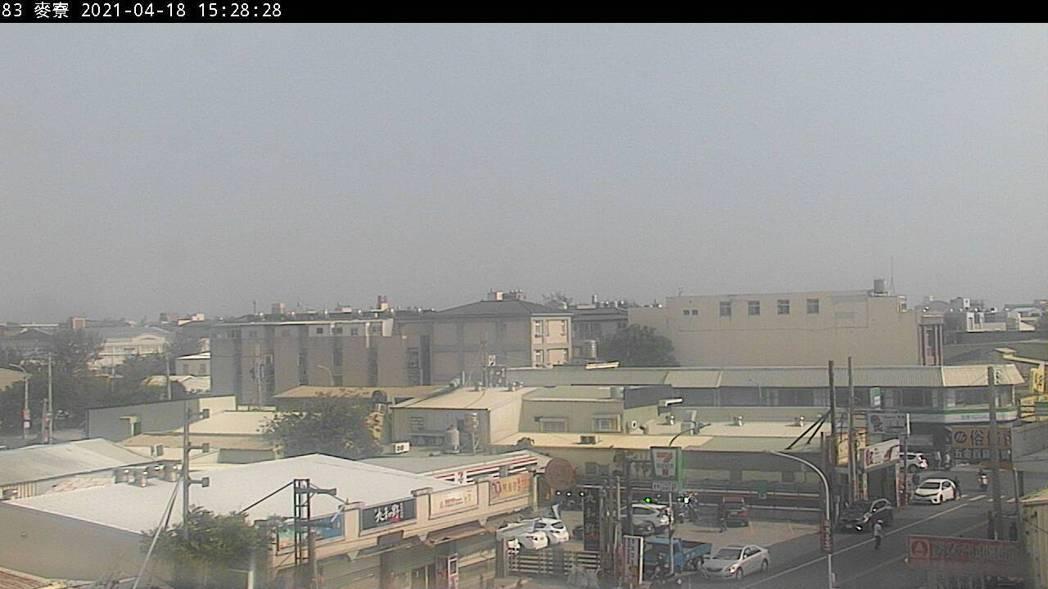 沙塵暴侵台,雲林縣麥寮空品測站AQI值今天超過100、亮橘色警示。圖/翻攝自空氣...