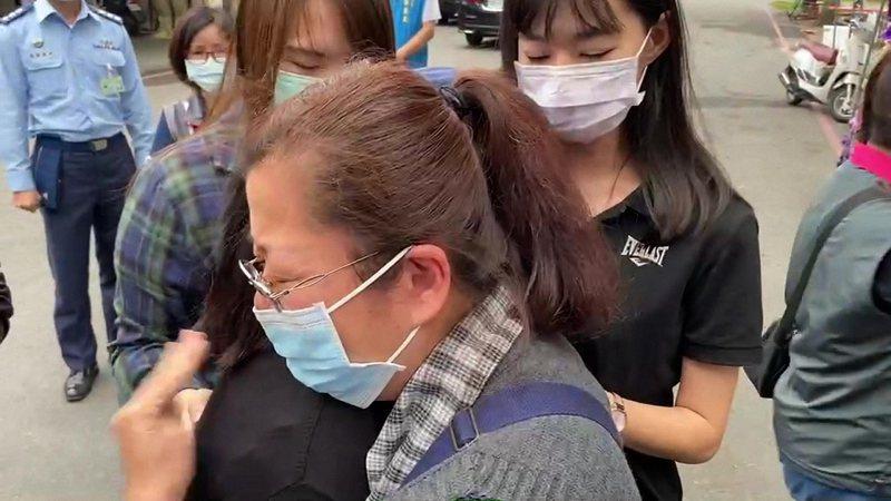 失事飛官潘穎諄的母親顧不得自己的悲傷,聽見兒媳哭聲,馬上回頭擁抱安慰說「他是我們一輩子的驕傲」。記者施鴻基/攝影