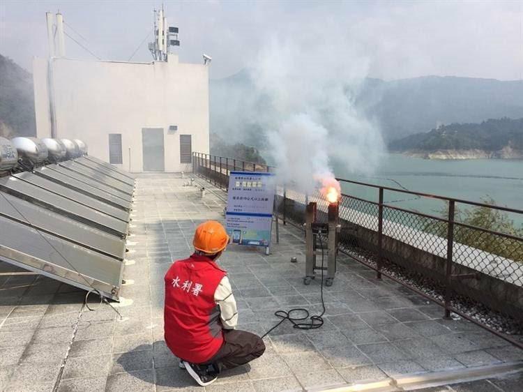 南水局今下午在曾文水庫連續施放2支焰劑進行人工增雨,惜無助改善水情。圖/南水局資料照片