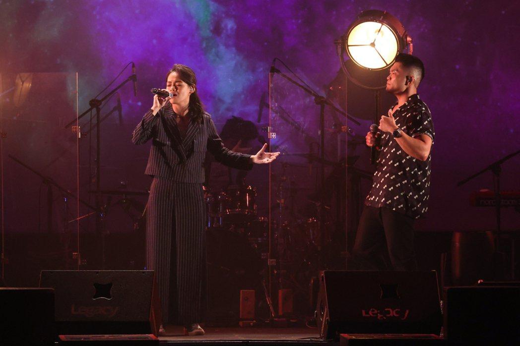 李玖哲(右)和吱吱對唱「Shallow」。記者沈昱嘉/攝影