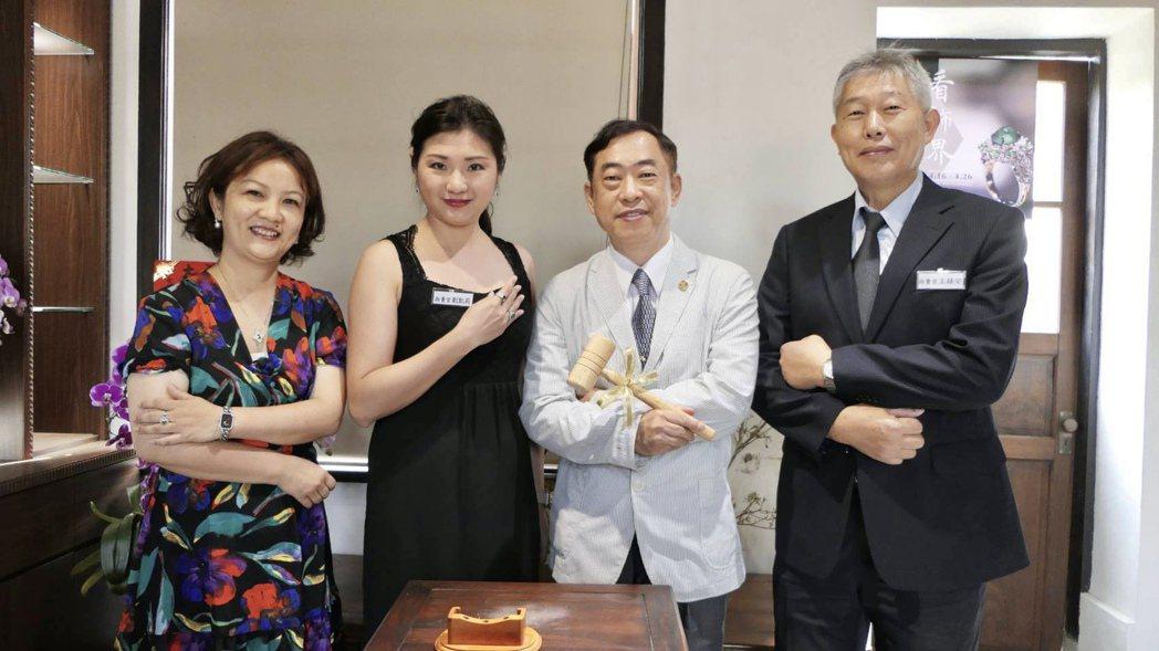 FGA國際寶石鑑定師卞健文(左一)與珠寶鑑定天王黎龍興(右二)。記者宋健生/攝影