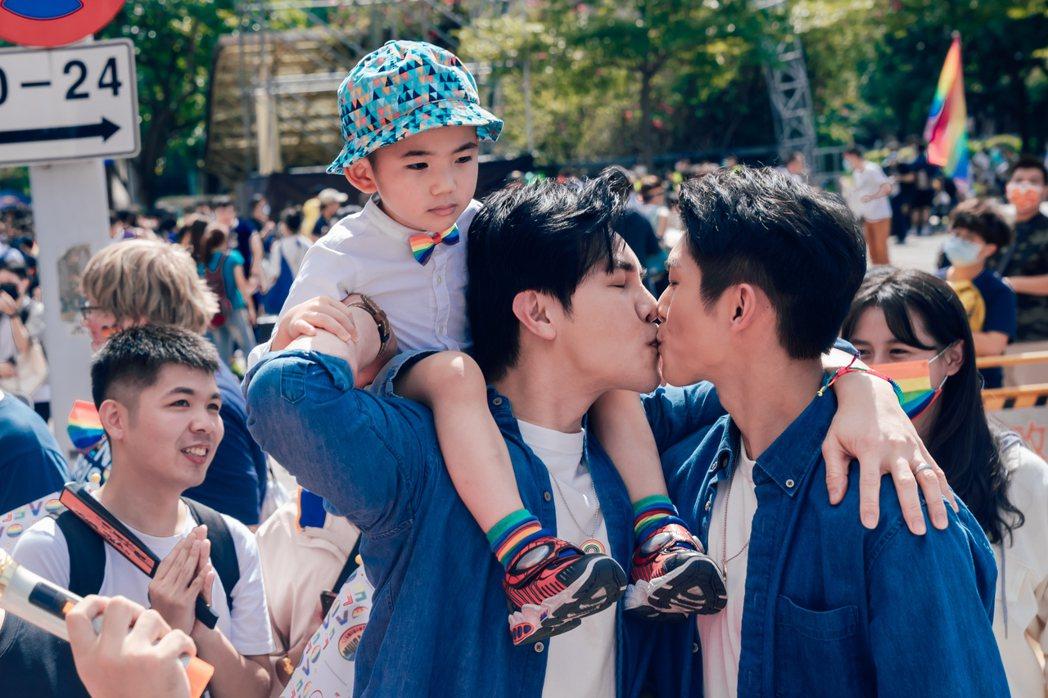 謝佳見(左)、林輝瑝為戲劇「酷蓋爸爸」參加同志遊行熱吻。圖/GagaOOLala