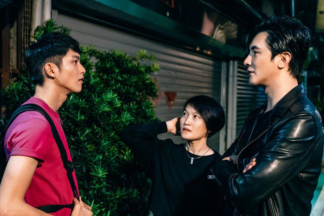謝佳見(右起)、導演陳怡妤、林輝瑝拍攝「酷蓋爸爸」。圖/GagaOOLala提供