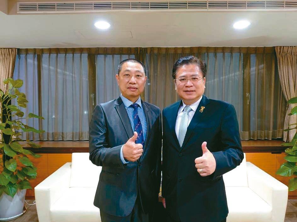 系統公會理事長蔡宗融(左)、商業總會理事長許舒博。系統公會/提供