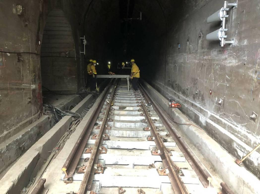 太魯閣號發生重大死傷事故,台鐵已完成路線及隧道修復,明天交通部長林佳龍將搭首班車...