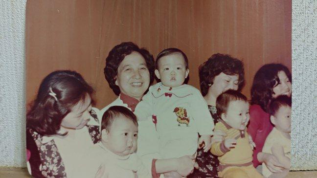剛滿周歲的焦元溥(中)與外婆。圖/焦元溥提供